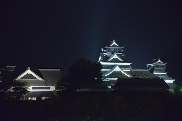 熊本城ライトアップを前にして。